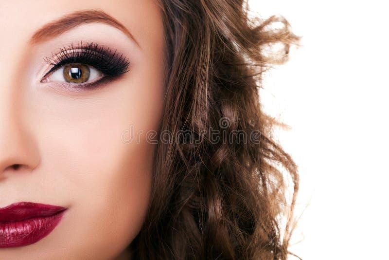 O profissional bonito da mulher compõe no branco fotos de stock royalty free
