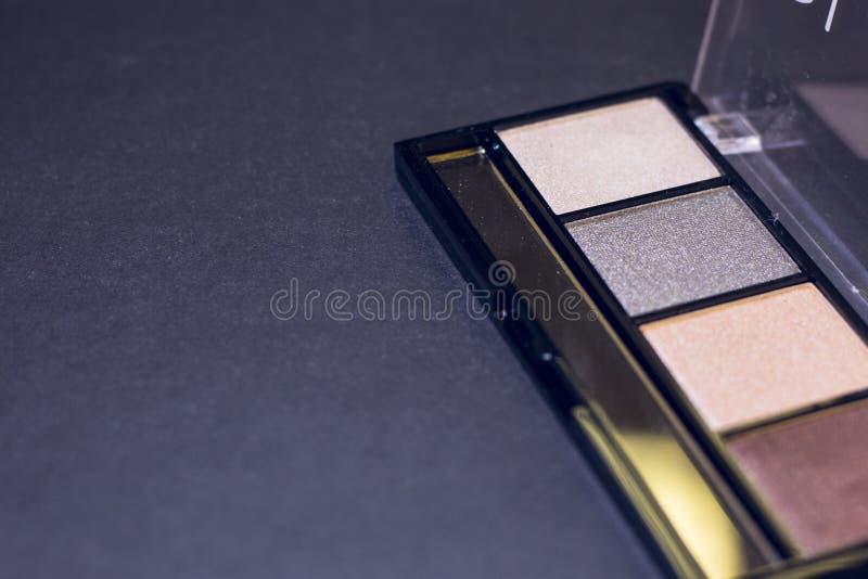 O profissional compõe a paleta no fundo preto foto de stock
