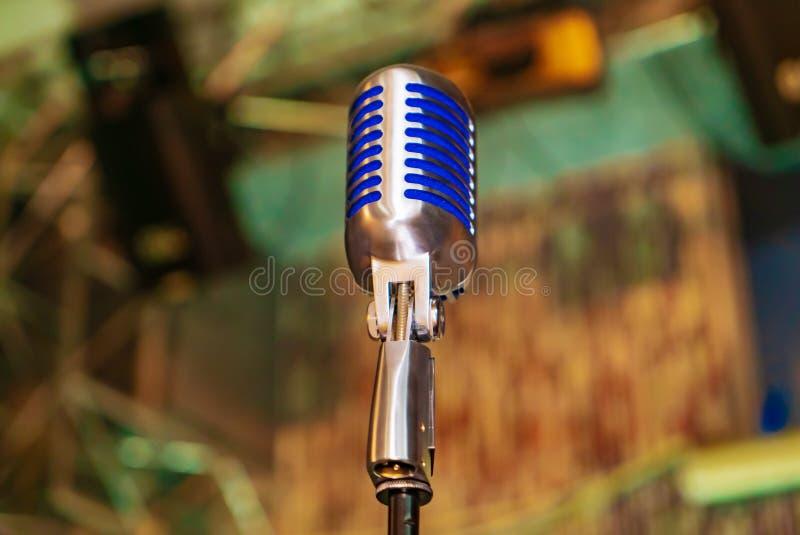 O profissional fechado acima do microfone é pretendido para desempenhos na frente da audiência nos concertos imagens de stock royalty free