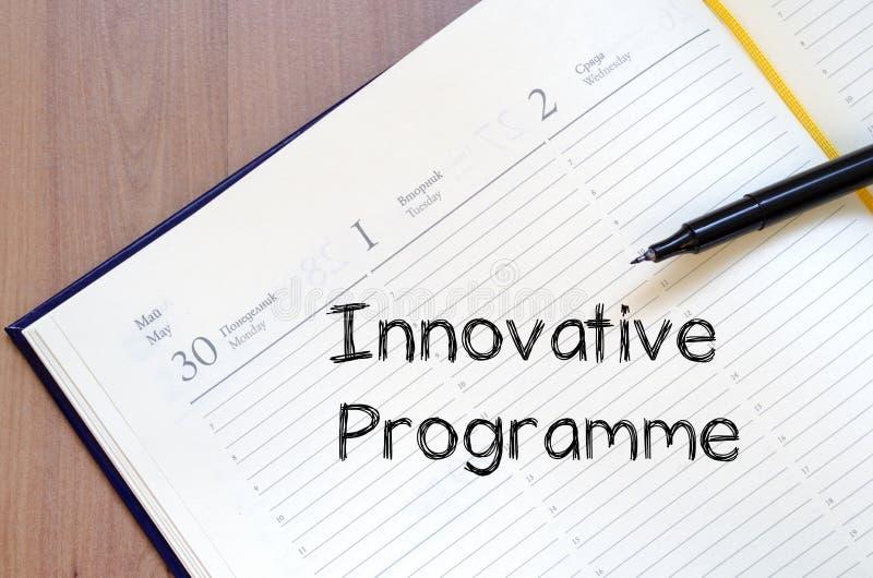 O programa inovativo escreve no caderno fotos de stock