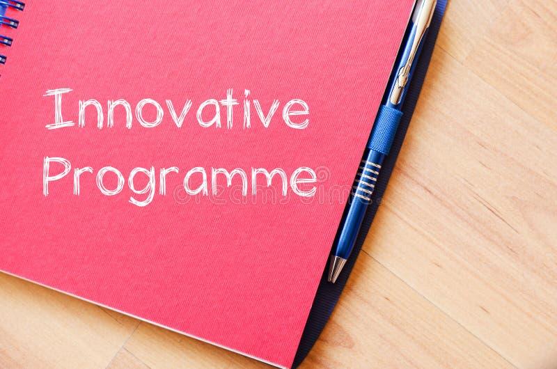 O programa inovativo escreve no caderno imagens de stock