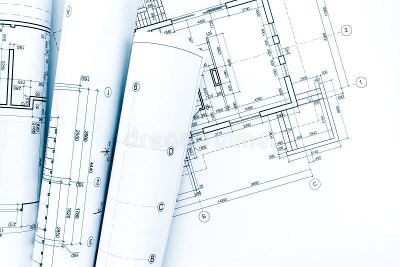 O projeto arquitetónico, desenhos, modelo rola no plano da casa foto de stock