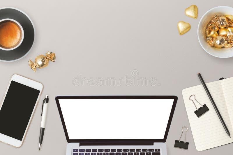 O projeto do encabeçamento do Web site com laptop e negócio objeta com espaço da cópia para o texto fotos de stock