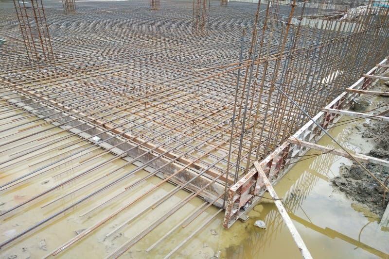 O projeto mostrado das barras de aço do rés do chão do canteiro de obras usou o ulti imagem de stock
