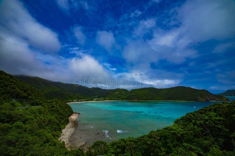 O promontório perto do oceano azul no oshima Kagoshima de Amami fotografia de stock