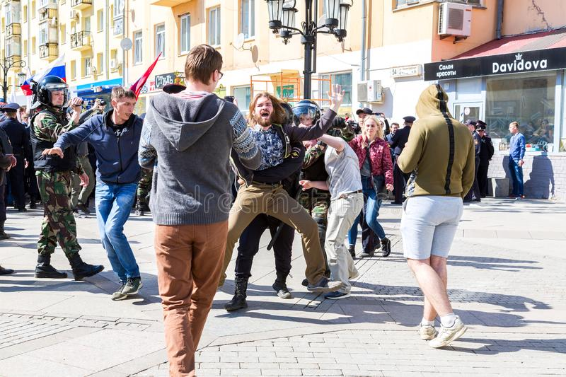O protestador é prendido pela polícia na reunião da oposição fotografia de stock