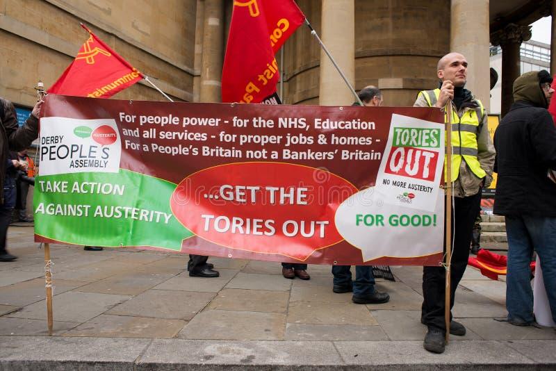O protestador com o cartaz na Grâ Bretanha quebra-se/eleição geral demonstratio agora em Londres imagem de stock royalty free