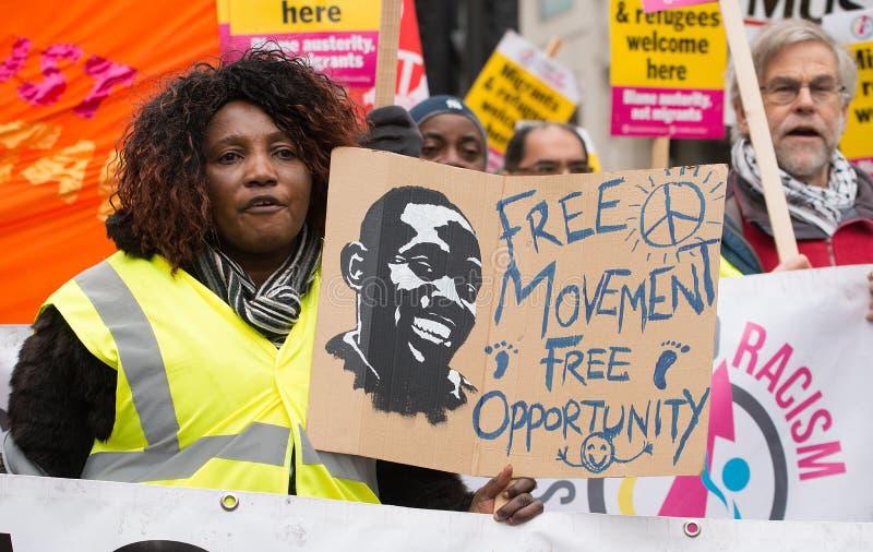 O protestador com o cartaz na Grâ Bretanha quebra-se/eleição geral demonstratio agora em Londres imagem de stock