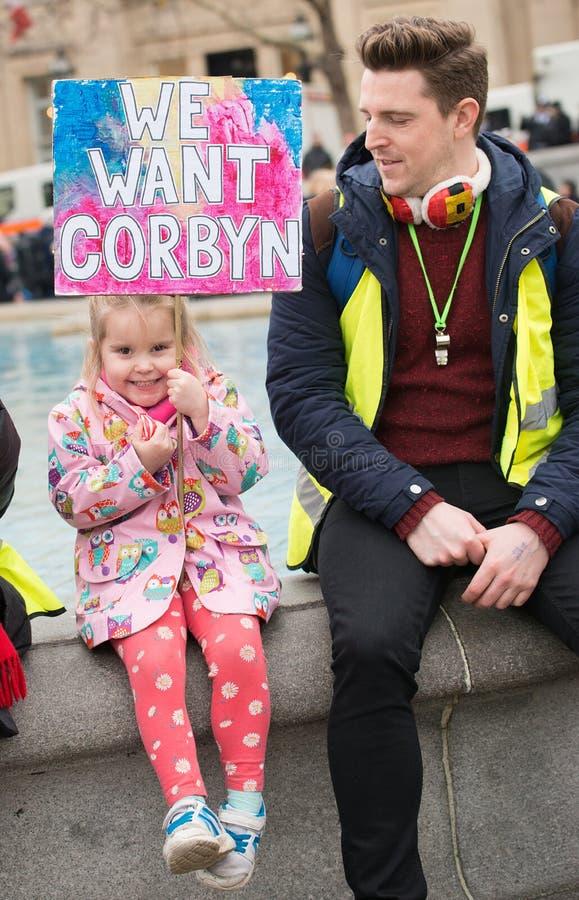 O protestador com o cartaz na Grâ Bretanha quebra-se/eleição geral demonstratio agora em Londres foto de stock