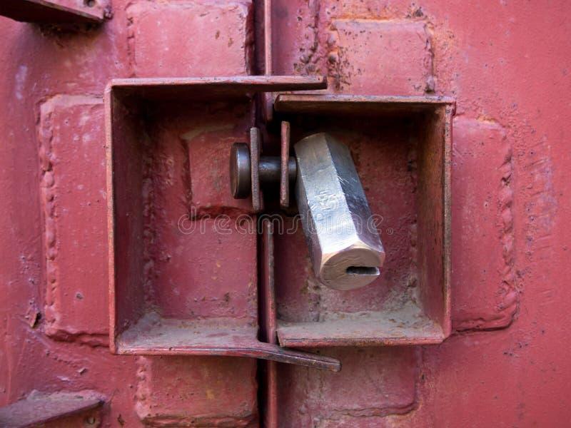 O protetor contra o corte da porta da garagem do fechamento fotografia de stock royalty free