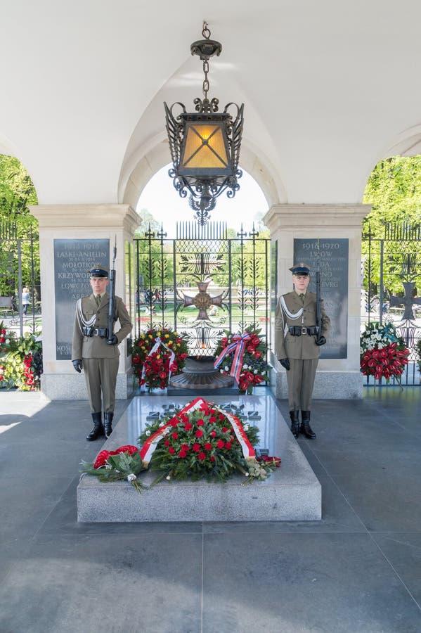 O protetor de honra está no túmulo do soldado desconhecido fotos de stock royalty free