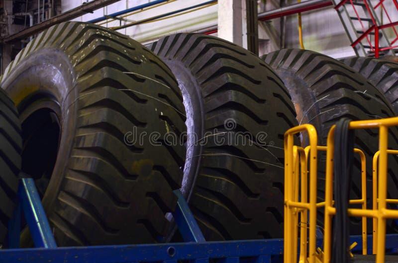 O protetor de uma grande roda de borracha Caminhões basculantes enormes da carreira do pneu de borracha, caminhões de mineração d foto de stock