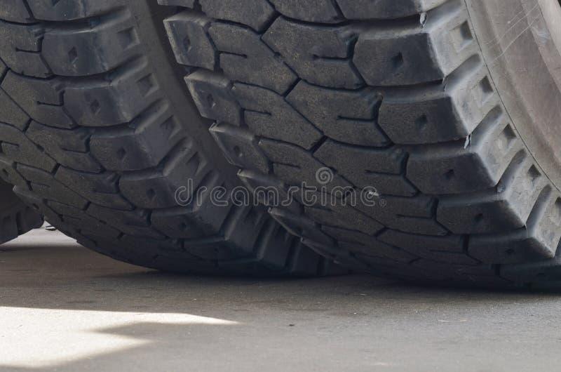O protetor de uma grande roda de borracha Caminhões basculantes enormes da carreira do pneu de borracha, caminhões de mineração d foto de stock royalty free