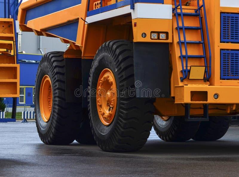 O protetor de uma grande roda de borracha Caminhões basculantes enormes da carreira do pneu de borracha, caminhões de mineração d fotografia de stock royalty free