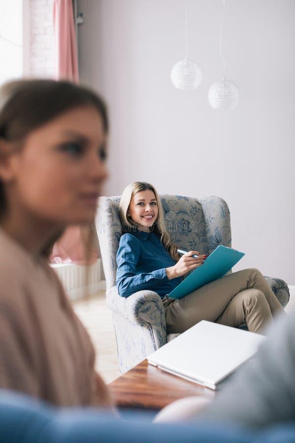 O psicólogo bem sucedido Woman é um profissional fotos de stock