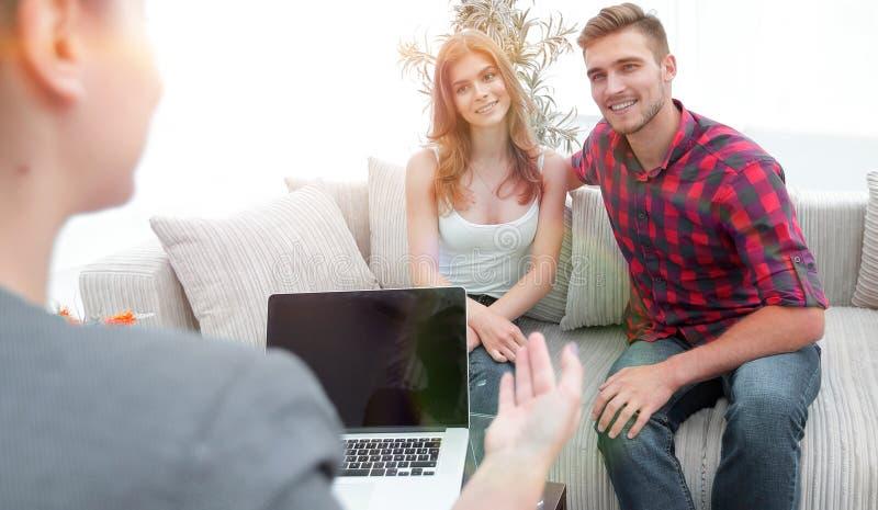 O psicólogo da mulher conduz uma sessão com um par novo foto de stock royalty free
