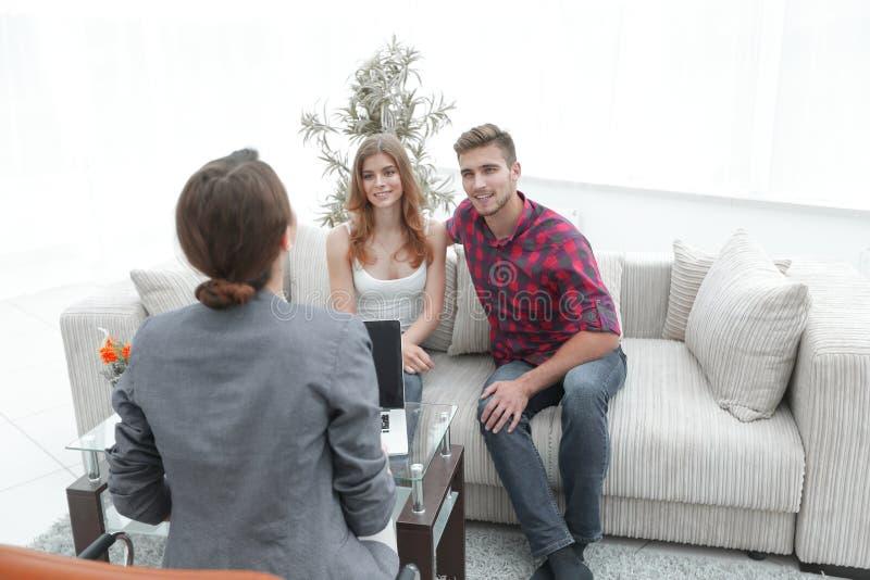 O psicólogo da mulher conduz uma sessão com um par novo fotos de stock