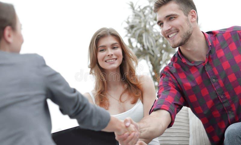 O psicólogo da mulher cumprimenta o cliente antes do começo da sessão da família fotos de stock royalty free