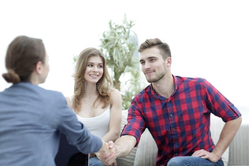 O psicólogo da mulher dá boas-vindas ao cliente antes de começar a sessão imagens de stock