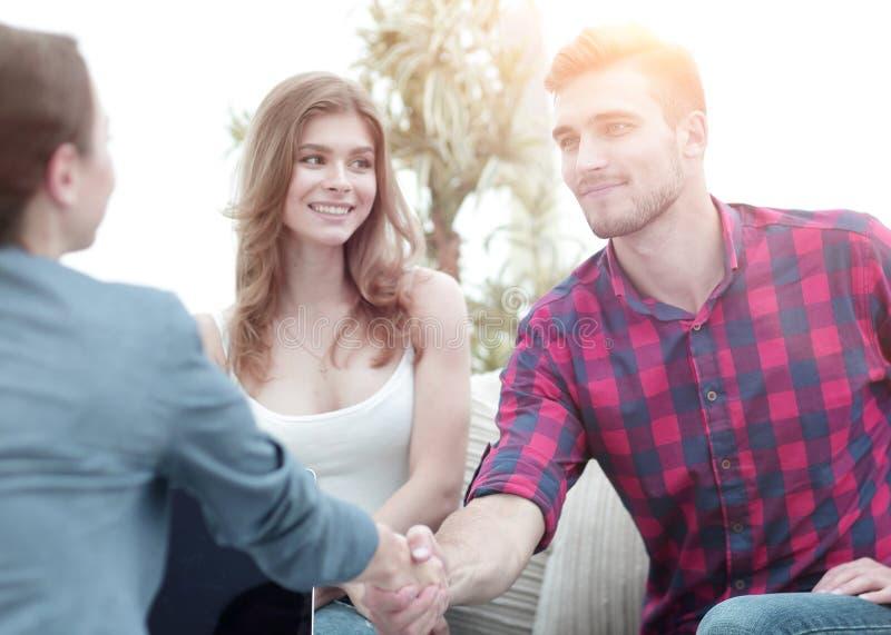 O psicólogo da mulher dá boas-vindas ao cliente antes de começar a sessão fotos de stock