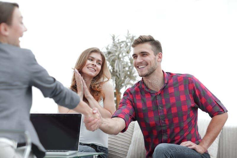 O psicólogo da mulher dá boas-vindas ao cliente antes de começar a sessão foto de stock royalty free