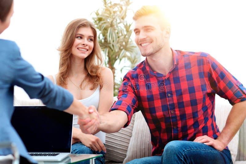 O psicólogo da mulher dá boas-vindas ao cliente antes de começar a sessão foto de stock