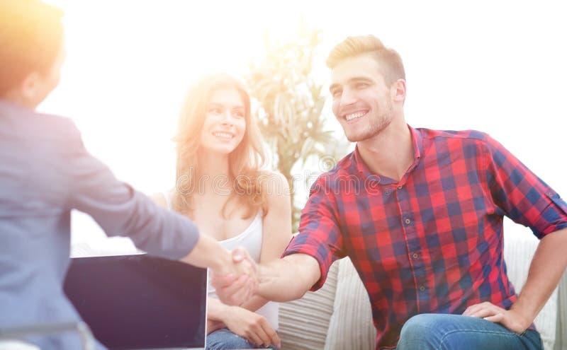 O psicólogo da mulher dá boas-vindas ao cliente antes de começar a sessão imagem de stock royalty free