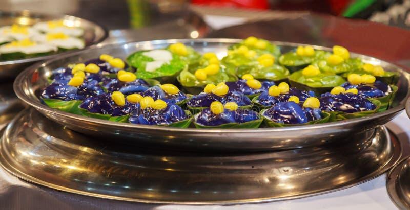 O pudim tailandês tradicional de Tako com cobertura do coco é sobremesa de Tailândia, feita da farinha, do açúcar, do leite de co imagem de stock