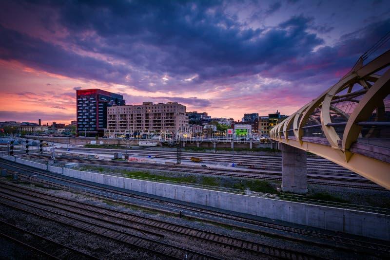 O Puente de Luz Pedestrian Bridge e trilhas de estrada de ferro no sunse imagem de stock royalty free
