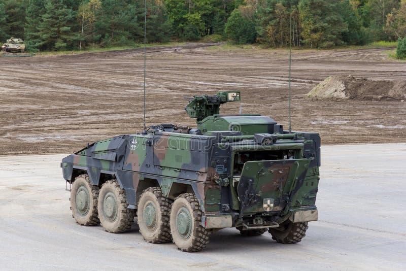 O pugilista alemão de GTK, a versão da infantaria de Kmw e Rheinmetall estão em uma plataforma perto do campo de batalha imagens de stock royalty free