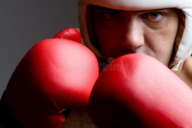 O pugilista em luvas do capacete e de encaixotamento fecha-se acima fotos de stock royalty free