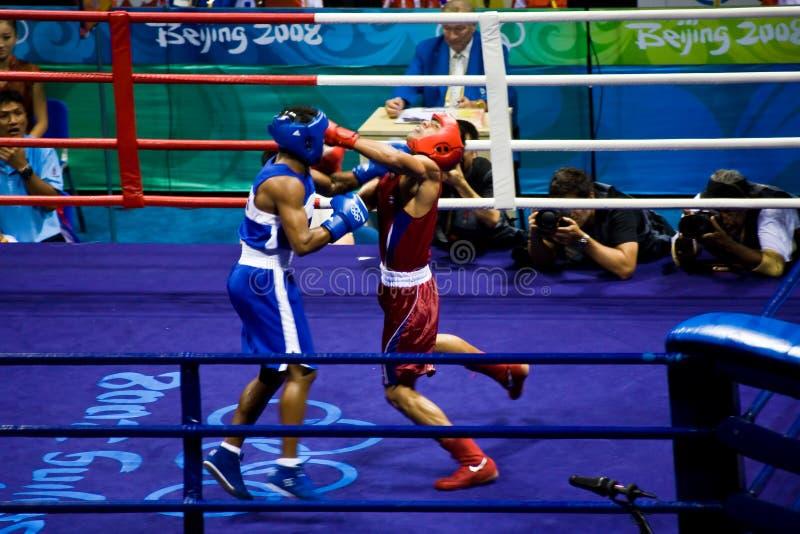 O pugilista olímpico aterra o perfurador fotos de stock royalty free