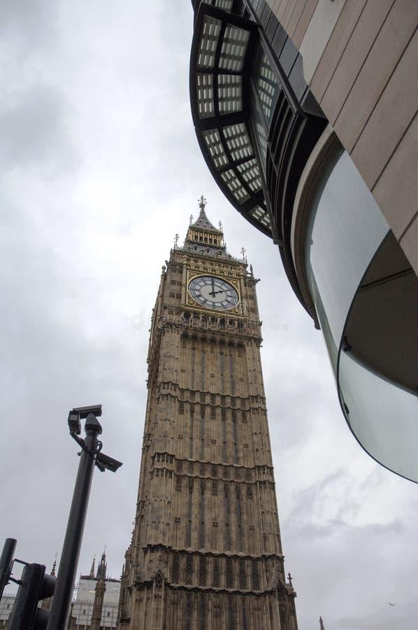 O pulso de disparo Big Ben em Londres imagens de stock