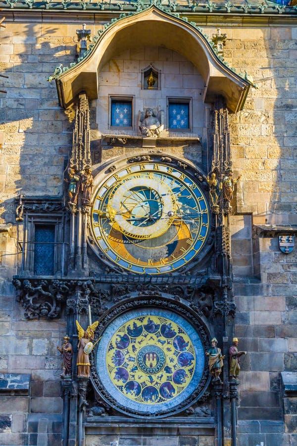 O pulso de disparo famoso da câmara municipal na cidade velha de Praga fotos de stock royalty free