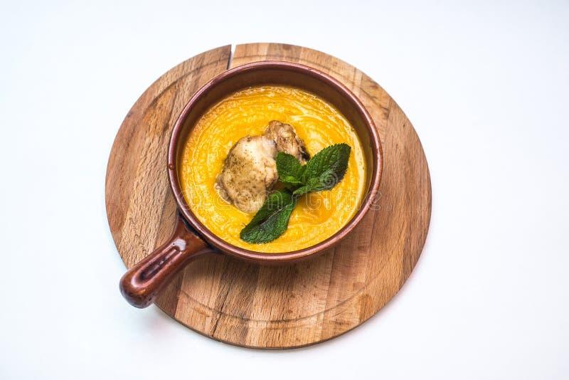 O puré da sopa da abóbora com as folhas da rúcula e chiken foto de stock royalty free