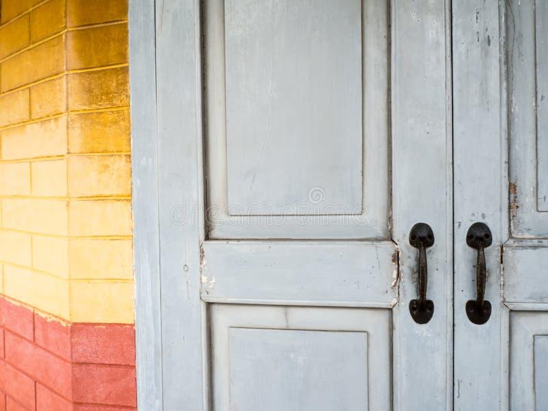 O puxador da porta antigo colou em uma porta de madeira cinzenta foto de stock royalty free