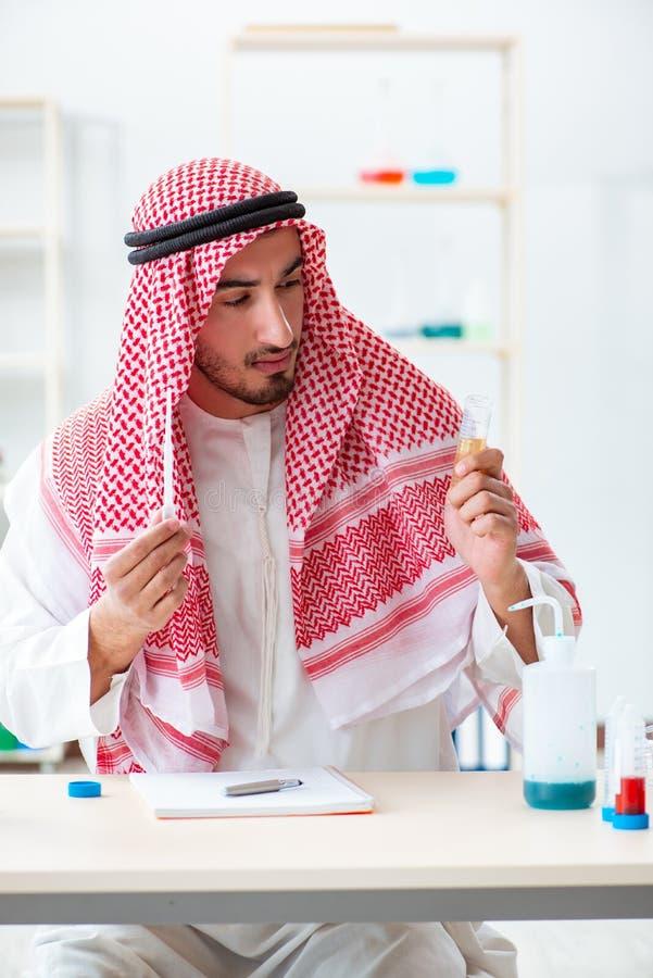 O químico árabe que verifica a qualidade da água potável fotografia de stock royalty free