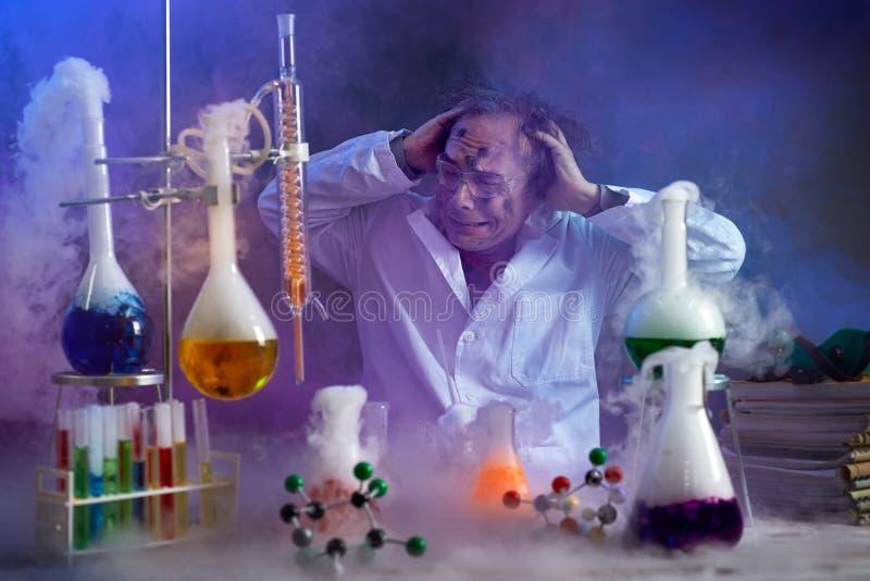 O químico desapontado que olha no seu falhou a experiência fotografia de stock