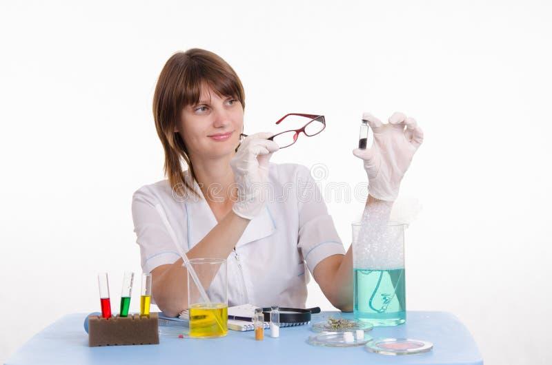 O químico examina o pó foto de stock