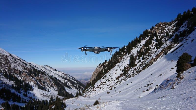 O quadcopter pesa no ar nas montanhas Mavic voa nas montanhas imagem de stock