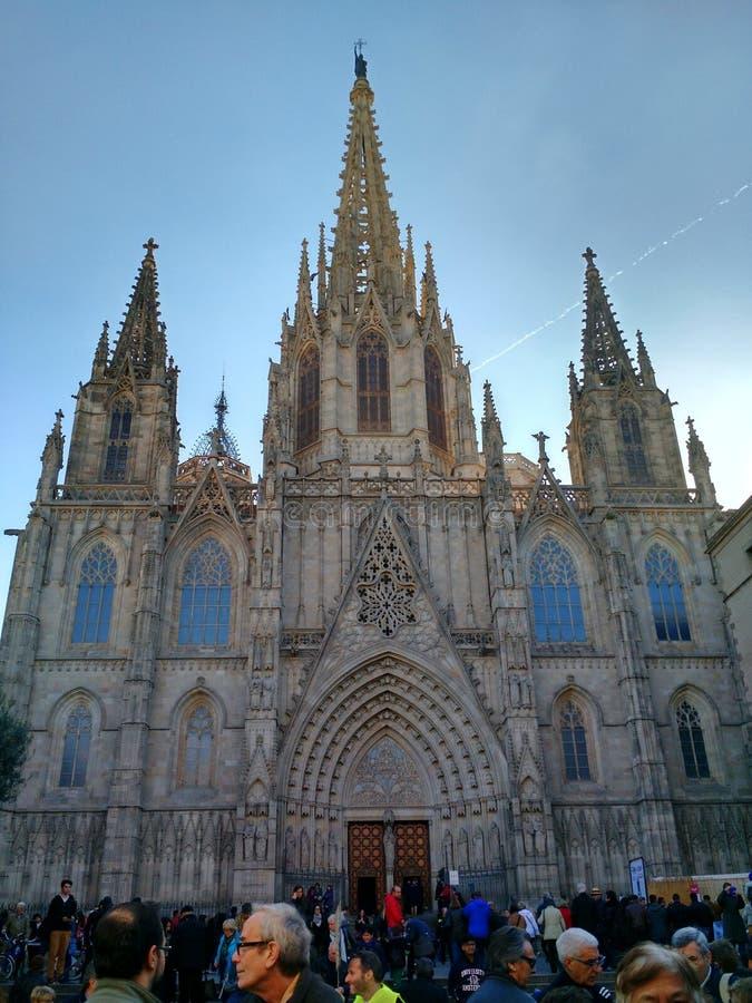 O quadrado aglomerado na frente da catedral da cruz e de Saint santamente Eulalia, Barcelona imagem de stock royalty free