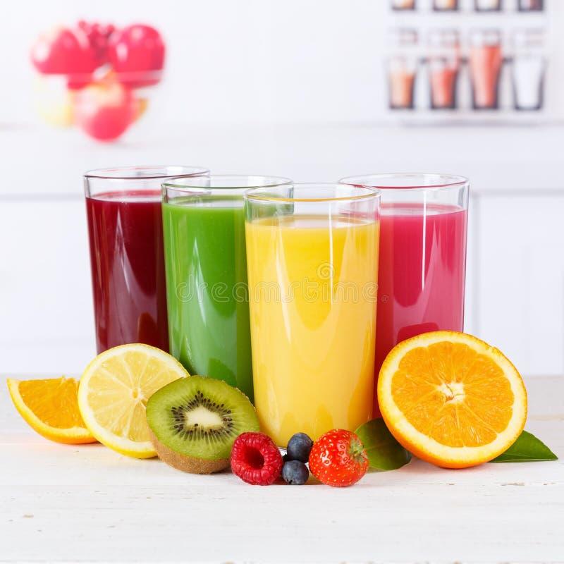 O quadrado alaranjado dos frutos do fruto das laranjas dos batidos do batido do suco cura imagens de stock