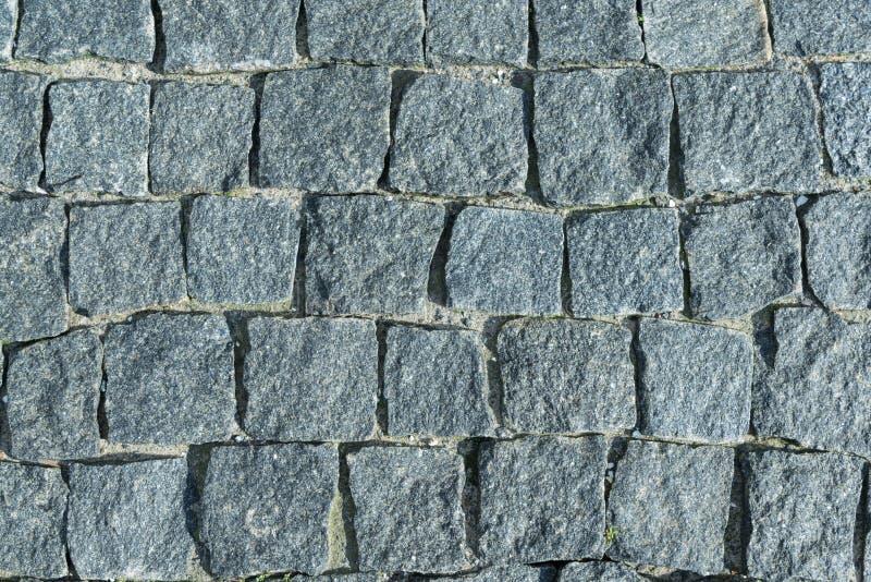 O quadrado alinhou com pedra ou pavimento da pedra, passagem ou estrada imagens de stock