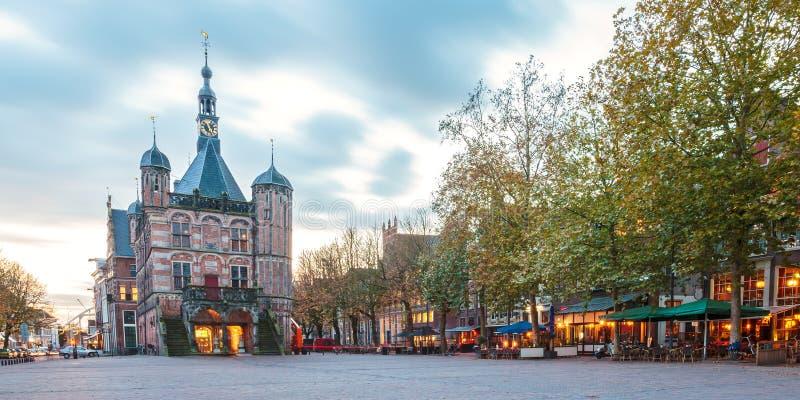 O quadrado central na cidade holandesa Deventer imagem de stock