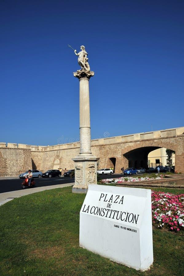 O quadrado da constituição é um dos quadrados principais de Cadiz Neste quadrado é a torre de terra famosa da porta e da terra imagens de stock