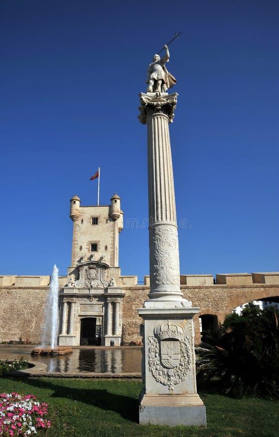 O quadrado da constituição é um dos quadrados principais de Cadiz Neste quadrado é a torre de terra famosa da porta e da terra fotos de stock royalty free