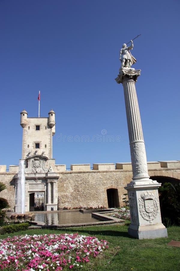 O quadrado da constituição é um dos quadrados principais de Cadiz Neste quadrado é a torre de terra famosa da porta e da terra fotografia de stock