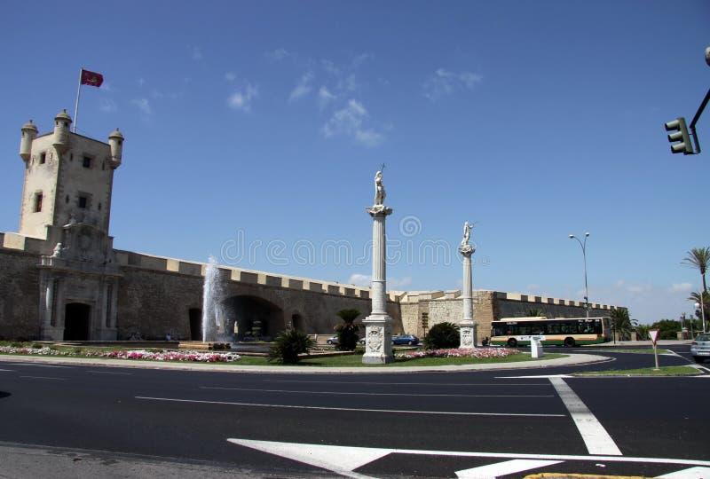 O quadrado da constituição é um dos quadrados principais de Cadiz Neste quadrado é a torre de terra famosa da porta e da terra imagens de stock royalty free