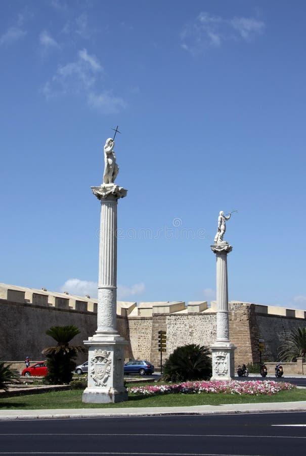 O quadrado da constituição é um dos quadrados principais de Cadiz Neste quadrado é a torre de terra famosa da porta e da terra imagem de stock royalty free