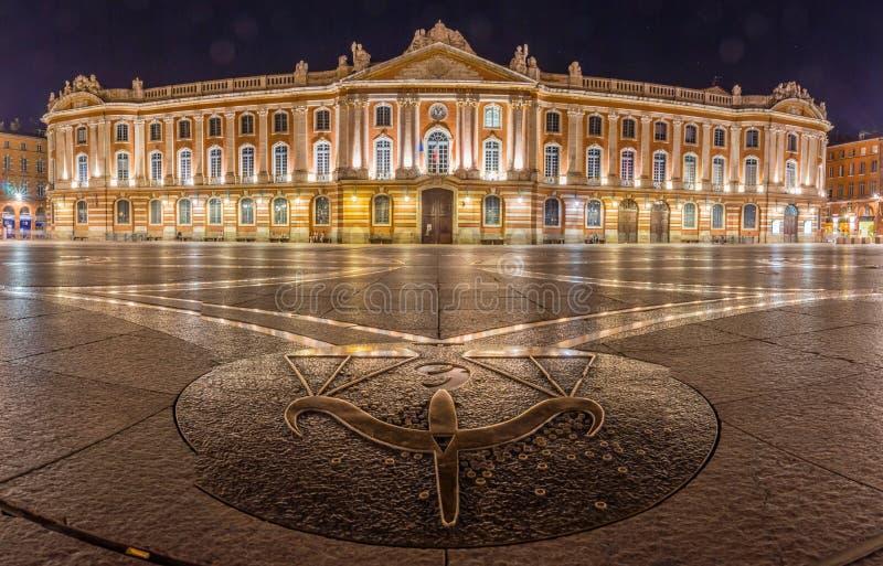 O quadrado de Capitole em Toulouse na noite imagem de stock royalty free